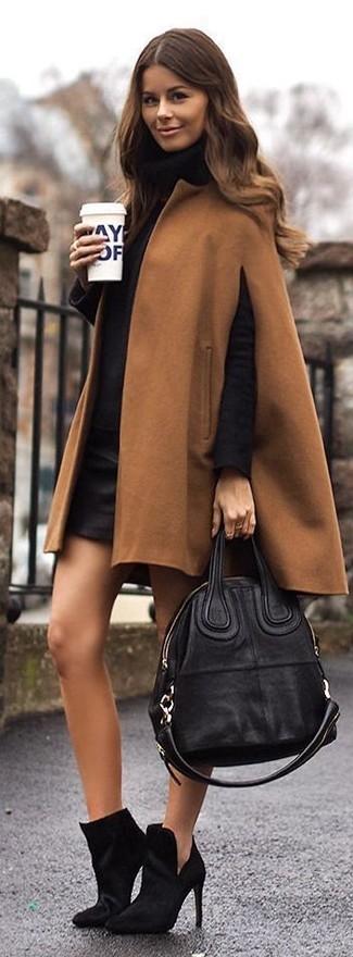 Pense à associer un manteau cape brun clair avec une minijupe en cuir noire pour obtenir un look relax mais stylé. D'une humeur audacieuse? Complète ta tenue avec une paire de des bottines en daim noires.