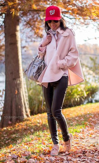 Comment porter un pantalon slim en cuir noir: Associer un manteau cape rose avec un pantalon slim en cuir noir est une option judicieux pour une journée au bureau. Jouez la carte décontractée pour les chaussures et fais d'une paire de des chaussures bateau en cuir roses ton choix de souliers.