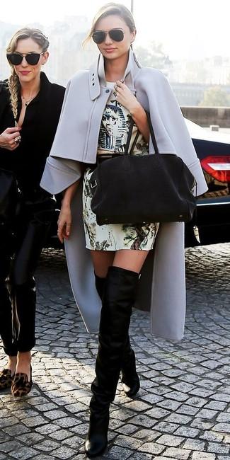 Tenue de Miranda Kerr: Manteau cape gris, Robe fourreau imprimée beige, Cuissardes en daim noires, Sac fourre-tout en daim noir