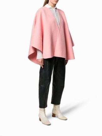 Comment porter des bottes: Choisis un manteau cape rose et un pantalon large en cuir noir pour prendre un verre après le travail. Tu veux y aller doucement avec les chaussures? Choisis une paire de des bottes pour la journée.
