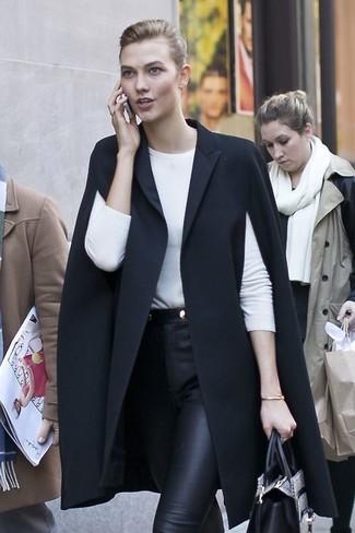 Comment porter: manteau cape noir, t-shirt à manche longue blanc, pantalon slim en cuir noir, sac fourre-tout en cuir imprimé serpent gris