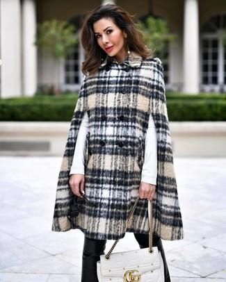 Comment porter: manteau cape écossais beige, t-shirt à manche longue blanc, pantalon slim en cuir noir, cartable en cuir matelassé blanc