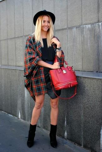 Comment porter: manteau cape écossais rouge et bleu marine, top sans manches noir, minijupe en cuir noire, bottines en cuir noires