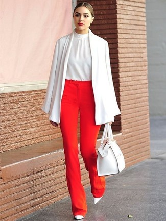 Comment porter: manteau cape blanc, top sans manches en soie blanc, pantalon large rouge, escarpins en cuir blancs