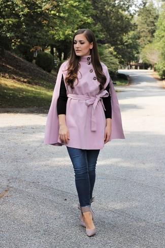Tendances mode femmes: Pense à porter un manteau cape violet clair et un jean skinny bleu marine et tu auras l'air d'une vraie poupée. Assortis ce look avec une paire de des escarpins en cuir gris.