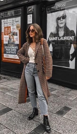 Comment porter: manteau à carreaux marron, cardigan blanc, jean gris, bottines en cuir noires