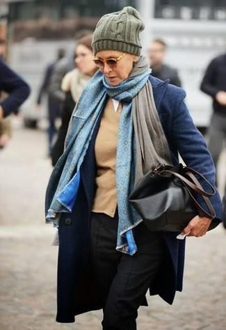 Comment porter: manteau bleu marine, cardigan marron clair, pantalon de costume noir, sac fourre-tout en cuir noir