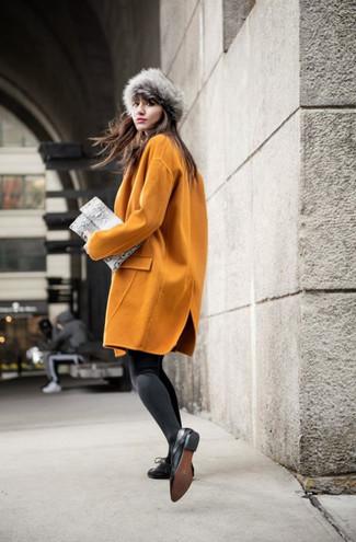 Comment porter un chapeau de fourrure: Pense à harmoniser un manteau moutarde avec un chapeau de fourrure pour une tenue idéale le week-end. Jouez la carte classique pour les chaussures et termine ce look avec une paire de des chaussures richelieu en cuir noires.