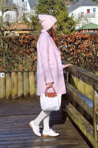 Comment porter: manteau rose, chaussures richelieu en cuir blanches, sac fourre-tout en toile blanc, bonnet rose