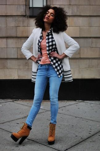Comment porter: manteau blanc et noir, chemise de ville à carreaux blanche et noire, débardeur rose, jean skinny bleu