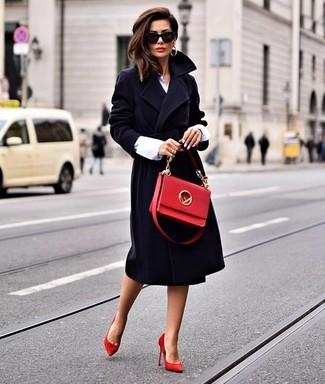 Comment porter: manteau noir, chemise de ville blanche, escarpins en daim rouges, cartable en cuir rouge