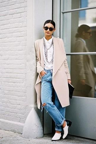 Comment porter un manteau beige: Pense à porter un manteau beige et un jean boyfriend déchiré bleu pour un look idéal le week-end. Termine ce look avec une paire de des slippers en cuir blancs et noirs pour afficher ton expertise vestimentaire.