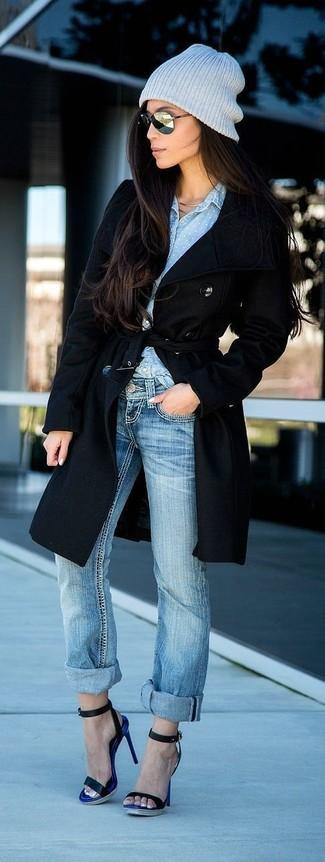 Comment porter: manteau noir, chemise de ville en chambray bleu clair, jean boyfriend bleu clair, sandales à talons en cuir noires