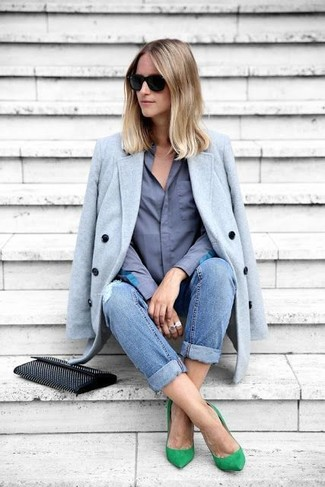 Comment porter: manteau bleu clair, chemise de ville bleue, jean boyfriend déchiré bleu, escarpins en daim verts