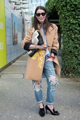 Comment porter: manteau brodé marron clair, chemise de ville bleu clair, jean boyfriend déchiré bleu, escarpins en cuir noirs