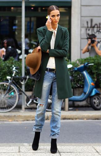 Ce combo d'un manteau vert foncé et d'un jean déchiré bleu clair attirera l'attention pour toutes les bonnes raisons. Une paire de des bottines en daim noires ajoutera de l'élégance à un look simple.