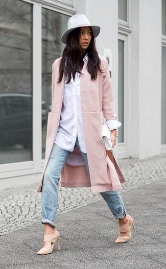 Comment porter: manteau rose, chemise de ville blanche, jean déchiré bleu clair, mules en daim beiges