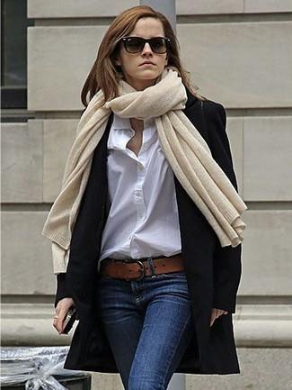 Comment porter: manteau noir, chemise de ville blanche, jean skinny bleu marine, ceinture en cuir marron