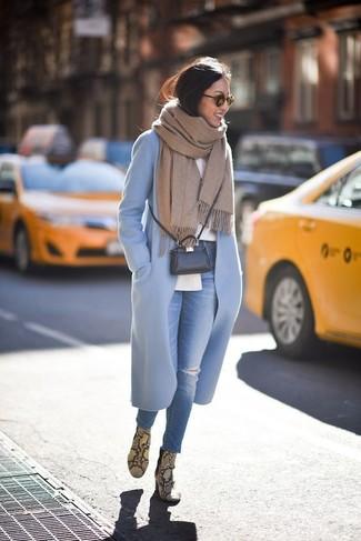 Comment porter: manteau bleu clair, chemise de ville blanche, jean skinny déchiré bleu, bottines en cuir imprimées serpent jaunes