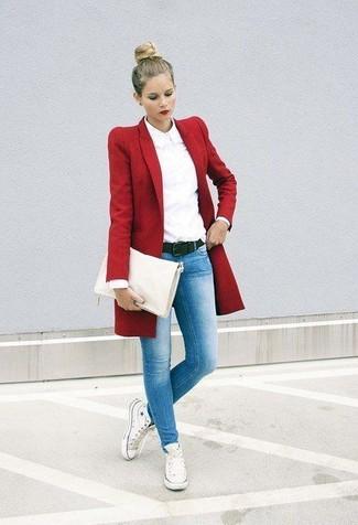Comment porter: manteau rouge, chemise de ville blanche, jean skinny bleu clair, baskets montantes en toile blanches