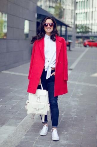 Comment porter: manteau rouge, chemise de ville blanche, jean skinny bleu marine, baskets basses en toile blanches
