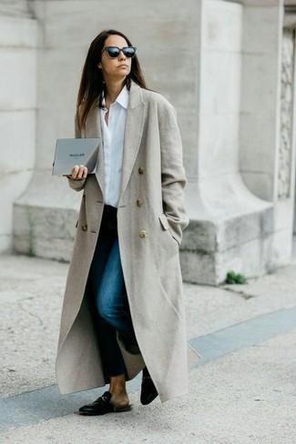 Comment porter: manteau gris, chemise de ville blanche, jean skinny bleu marine, slippers en cuir noirs