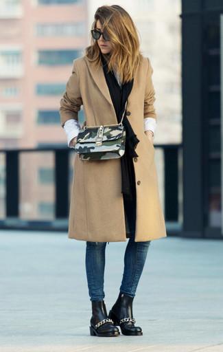 Comment porter: manteau marron clair, chemise de ville blanche, jean skinny bleu marine, bottines chelsea en cuir noires