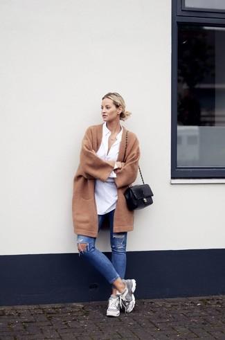 Pour une tenue de tous les jours pleine de caractère et de personnalité opte pour un manteau brun avec un jean skinny déchiré bleu. Décoince cette tenue avec une paire de des chaussures de sport grises.