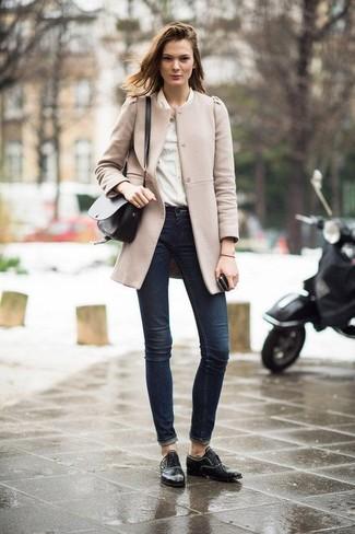 Comment porter: manteau beige, chemise de ville beige, jean skinny bleu marine, chaussures richelieu en cuir noires