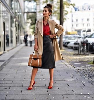 Comment porter: manteau marron clair, chemise de ville en soie rouge, jupe crayon en cuir noire, escarpins en daim rouges
