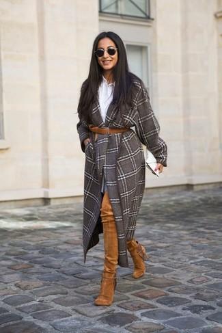 Comment porter: manteau à carreaux marron, chemise de ville blanche, jupe patineuse grise, cuissardes en daim tabac