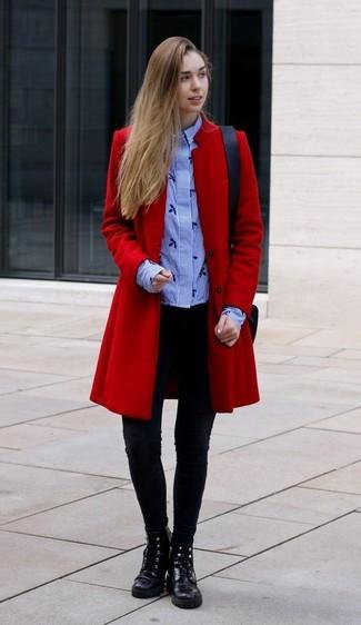 Comment porter: manteau rouge, chemise de ville à rayures verticales bleu clair, leggings noirs, bottines plates à lacets en cuir noires