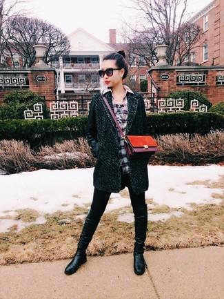Comment porter un sac bandoulière en daim moutarde: Un manteau vert foncé et un sac bandoulière en daim moutarde sont ta tenue incontournable pour les jours de détente. Jouez la carte classique pour les chaussures et opte pour une paire de des bottes hauteur genou en cuir noires.