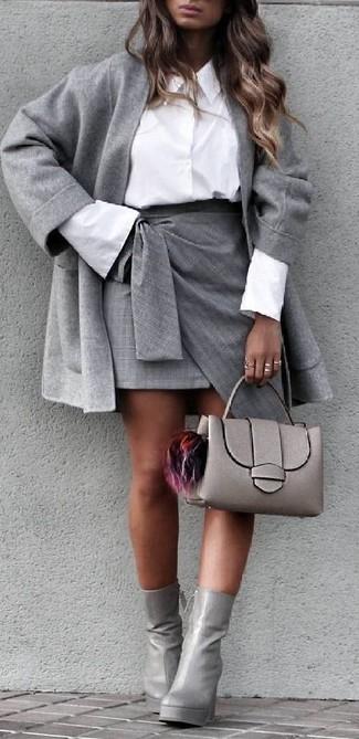 Comment porter: manteau gris, chemise de ville blanche, minijupe fendue grise, bottines en cuir grises