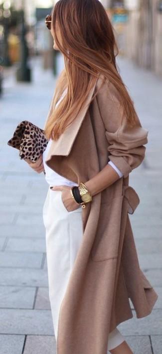 Comment porter: manteau marron clair, chemise de ville blanche, pantacourt blanc, pochette en daim imprimée léopard marron clair