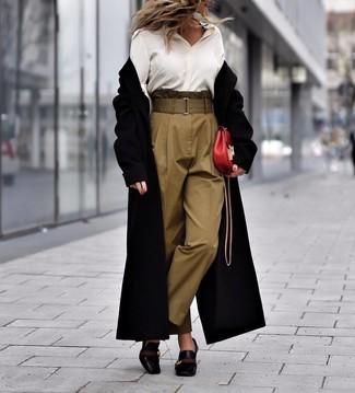 Comment porter: manteau noir, chemise de ville en soie blanche, pantalon carotte olive, escarpins en cuir noirs