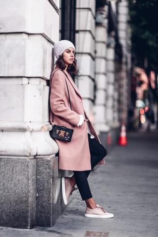 Comment porter: manteau rose, chemise de ville blanche, pantalon carotte noir, baskets basses en cuir roses