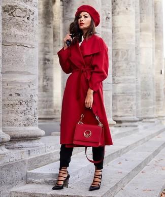 Comment porter: manteau rouge, chemise de ville blanche, pantalon carotte noir, escarpins en cuir découpés noirs