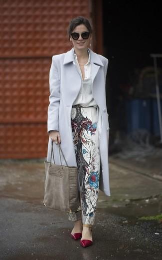 Comment porter: manteau gris, chemise de ville en soie blanche, pantalon carotte imprimé blanc, escarpins en cuir bordeaux