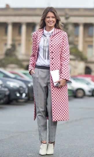 Comment porter: manteau á pois rose, chemise de ville blanche, pantalon de costume écossais gris, bottines en cuir découpées beiges