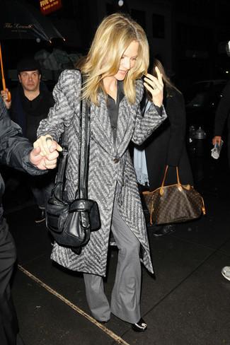 Comment porter: manteau à chevrons gris, chemise de ville en soie noire, pantalon flare gris, sandales compensées en cuir noires