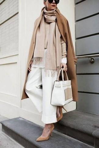 Une chemise de ville à porter avec un pantalon large blanc: Pense à associer une chemise de ville avec un pantalon large blanc pour dégager classe et sophistication. Une paire de des escarpins en daim marron clair est une option astucieux pour complèter cette tenue.