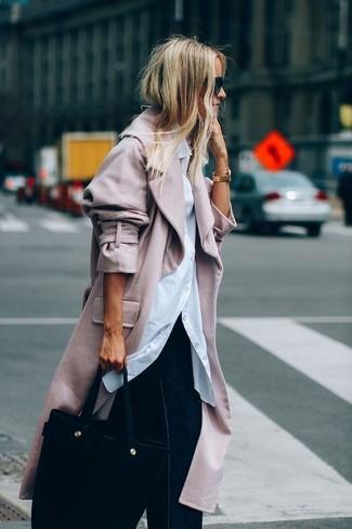 Comment porter: manteau rose, chemise de ville blanche, pantalon large en denim bleu marine, sac fourre-tout en daim noir