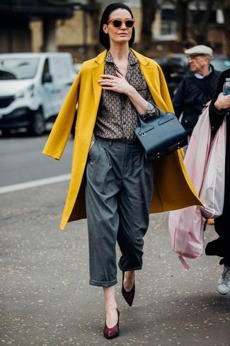 Comment porter: manteau moutarde, chemise de ville imprimée grise, pantalon large gris, escarpins en cuir bordeaux