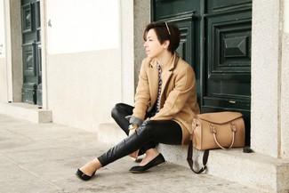 Comment porter: manteau marron clair, chemise de ville en vichy blanc et bleu marine, pantalon slim en cuir noir, ballerines en cuir noires