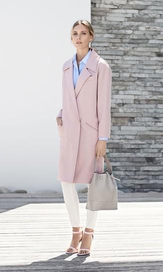 Comment porter: manteau rose, chemise de ville bleu clair, pantalon slim blanc, sandales à talons en cuir roses