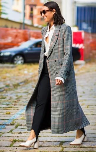 Comment porter un manteau écossais gris: Harmonise un manteau écossais gris avec un pantalon slim noir et tu auras l'air d'une vraie poupée. Une paire de des escarpins en cuir blancs s'intégrera de manière fluide à une grande variété de tenues.