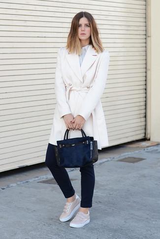 Comment porter  manteau blanc, chemise de ville à rayures verticales bleu  clair, pantalon 47d9d5bc3c5e