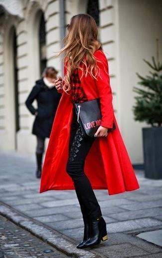 Comment porter: manteau rouge, chemise de ville à carreaux rouge et noir, pantalon slim noir, bottines en cuir noires