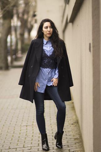 Comment porter: manteau noir, chemise de ville en chambray bleu clair, top court en dentelle noir, jean skinny bleu marine